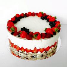 Sveikuolių tortas su šviežiomis uogomis