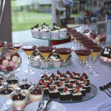 Desertai vestuviniam saldumynų stalui
