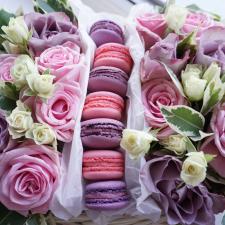Macarons dovanų dėžė +gėlės
