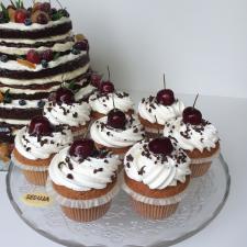 Vestuviniai pyragėliai su vyšniomis